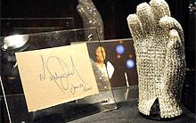 Luva de Michael Jackson arrecada US$ 190 mil em leilão (Reprodução/AFP)