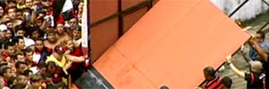 Torcida derruba o portão e invade o Flamengo para ver Gaúcho; siga (Reprodução Sportv)