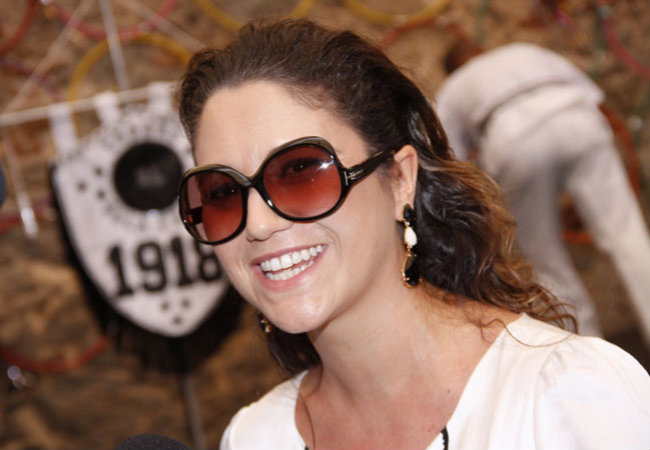 Com visual comportado, Maria Rita marca presença no Bola Preta (Reprodução)