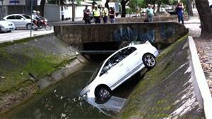 Carro cai em canal na tarde desta 5ª na Zona Sul do Rio; ninguém se feriu (Tássia Thum/G1)