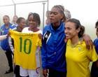 Marta & cia. se tornam alvo de tietagem do Haiti (Márcio Iannacca / Globoesporte.com)