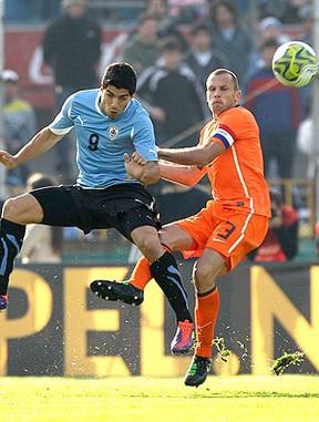 Luis Suarez John Heitinga Uruguai x Holanda (Foto: AP)