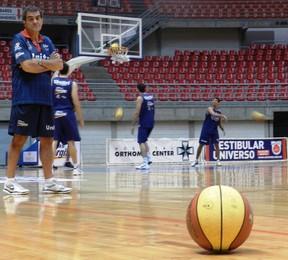 Volcan, técnico do time de Basquete de Uberlândia (Foto: Andréia Cândido/GLOBOESPORTE.COM)