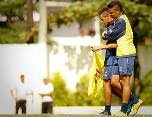 andré abraça neymar no treino do santos