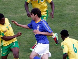 Kaká no meio de três marcadores do Zimbábue