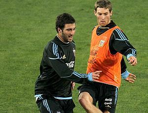 Gonzalo Higuain e Mario Bolatti no treino da Argentina