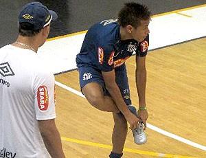 Neymar trocando chuteira no treino do Santos