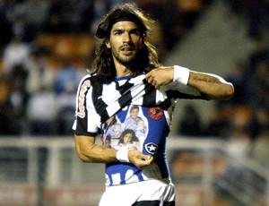 Loco Abreu com o escudo do Botafogo na camisa