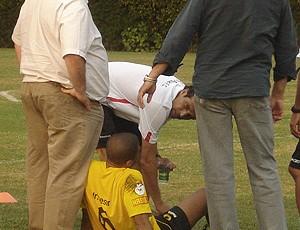Junior Cesar se machuca no treino