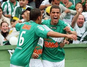 Leonardo comemora gol do Coritiba