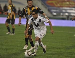 Maximiliano Moralez leva o Vélez ao ataque contra o Olimpo (Foto: Getty Images)
