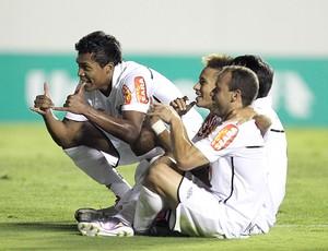 Neymar inova na comemoração e comanda a garotada santista
