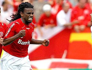 Tinga comemora gol do Internacional contra o Corinthians