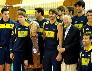 Presidente da FIVB, Jizhong Wei, aperece no treino do Brasil para fotos no Mundial de Vôlei