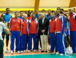 Presidente da FIVB, Jizhong Wei, aparece no treino de Cuba para fotos no Mundial de Vôlei