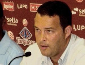 Roberto Fernandes é apresentado nos Aflitos, náutico