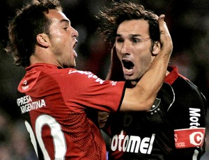 schiavi e borguello comemoram gol do Newell's Old Boys (Foto: Reuters)