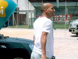 Emerson com o pé imobilizado (Foto: Globoesporte.com)