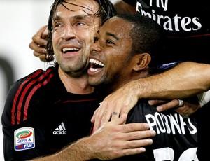 pirlo e robinho comemoram gol do milan contra o napoli (Foto: EFE)