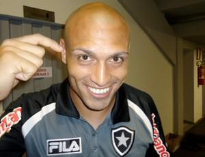 Edno Botafogo mostra careca