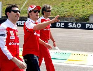Fernando Alonso anda pela pista de Interlagos a pé