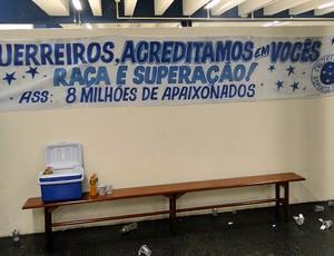 faixas de apoio no vestiário do Cruzeiro