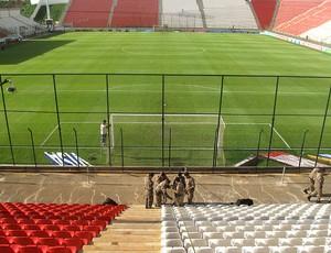 Policiais fazem a divisão da arquibancada na Arena do Jacaré