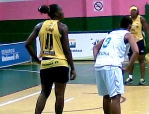Clarissa, pivô de Catanduva, basquete feminino