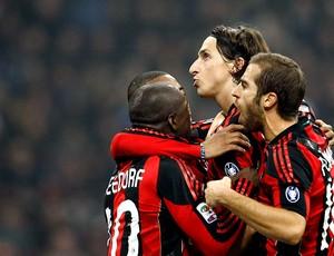 Ibrahimovic comemora gol do Milan contra o Inter de Milão