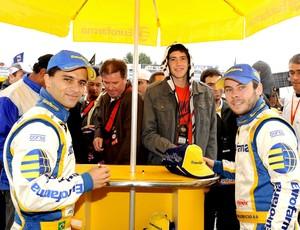 Stock Car: Max Wilson e Ricardo Maurício posam sorridentes com os fãs