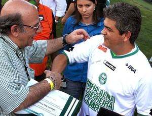 Ney Franco recebe homenagem do Coritiba (Foto: Divulgação / Site Oficial do Coritiba)
