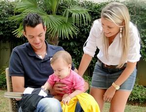zagueiro Rever com a esposa Giovana e a filha Alícia