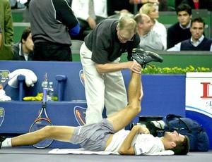Dor, derrota, e quase abandono logo depois da estreia, contra o americano Andre Agassi (Marcelo Ruschel / POA Press)