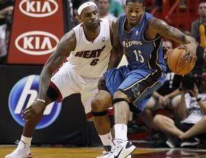 LeBron James, do Miami Heat, marcando Alonz Gee, do Wizards