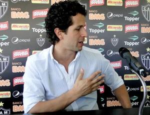 Rodrigo Lasmar, médico do Atlético-MG, explicando a cirurgia de Daniel Carvalho