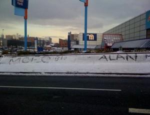 torcida do manchester city escreve nome de alan na neve