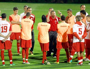 Celso Roth orienta jogadores no treino do Internacional Abu Dhabi Mundial de Clubes