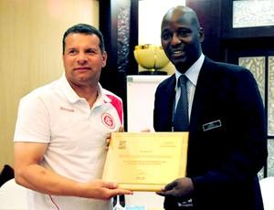 Celso Roth recebe placa durante palestra do Internacional