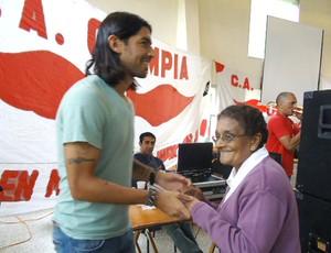 Loco Abreu visita sua cidade natal