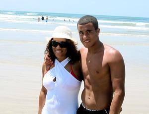 Lucas na praia com a mãe