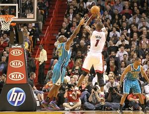 Chris Bosh, destaque na vitória dos Heats sobre os Hornets