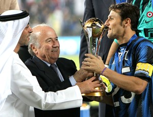 Javier Zanetti taça Inter de Milão Mundial de Clubes (Foto: AFP)