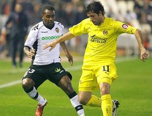 Capdevila e Miguel brito no jogo entre Valencia e Vilarreal