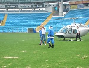 Marquinhos chega de helicóptero ao estádio do Avaí (Foto: Divulgação / Site Oficial do Avaí)