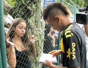 Neymar dá autógrafo para torcedora durante treino da seleção sub 20