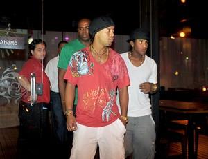 Ronaldinho Gaúcho deixando restaurante em Santa Catarina