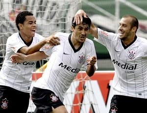 Dentinho corinthians comemora gol de Douglas jogo contra o ceará 25/10/2008 (Foto: agência Reuters)