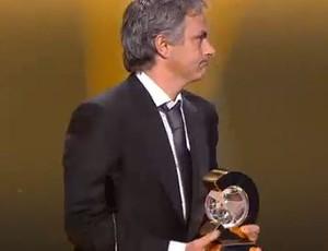 jose mourinho com o premio de melhor tecnico do mundo - fifa
