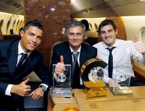 mourinho casillas e cristiano ronaldo com premios da fifa