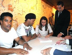 Ronaldinho assina contrato com o Flamengo (Foto: Alexandre Vidal / Fla Imagem)